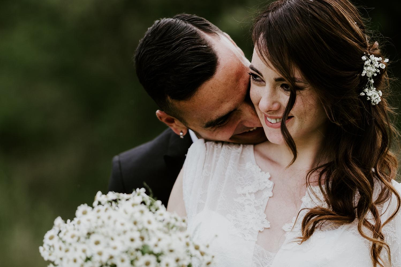 Coppia di sposi abbracciata con bouquet di Margherite - Ferdinando Dragonetti