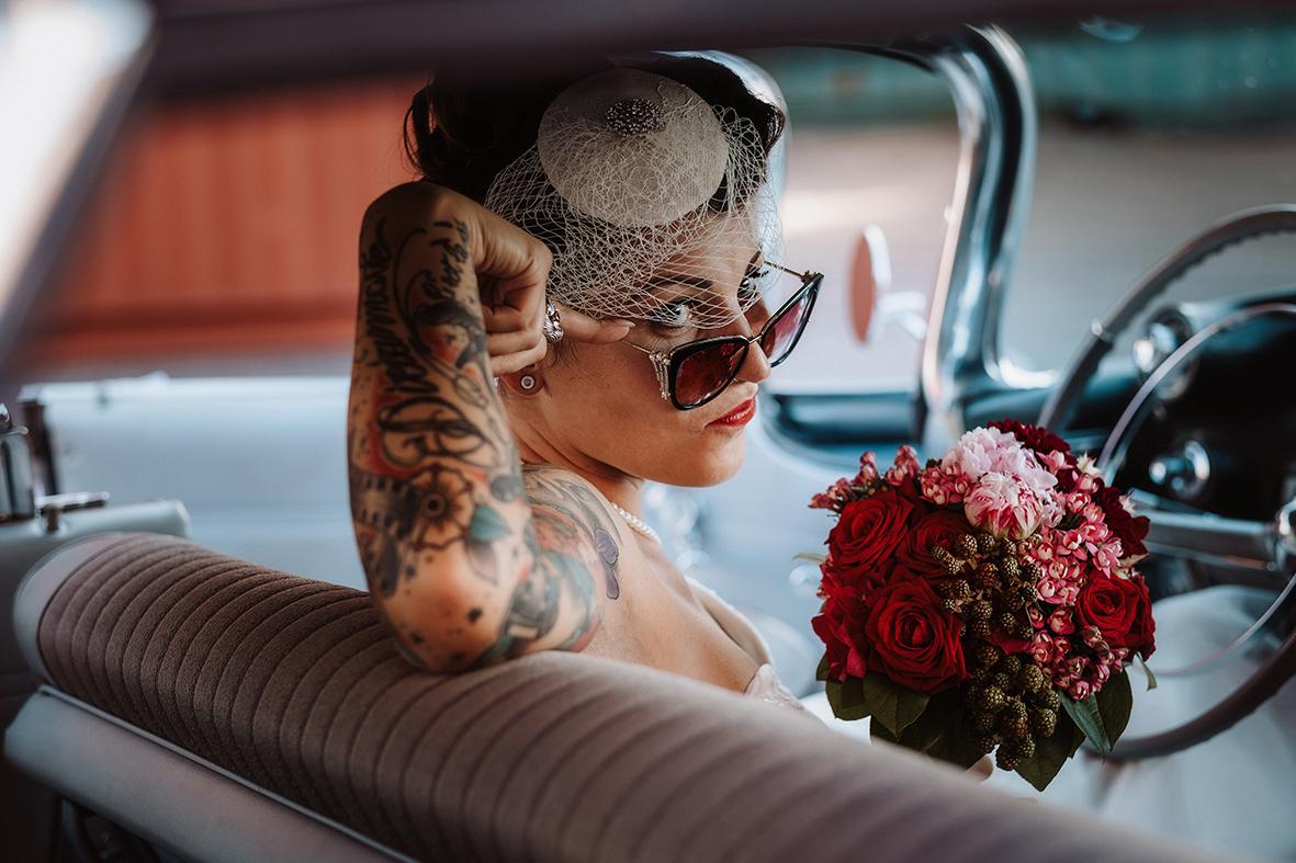 sposa anni 50 bouquet rose rosse - ferdinando dragonetti
